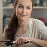 Portraitfotograf in Leipzig - Frank Türpe von Tulpe-Production.de portraitiert die Malerin Belinda Kretschmer bei der Arbeit