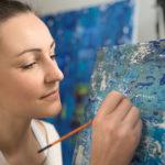 professionelle Portraitfotos in Leipzig - Portraitfotograf Frank Türpe von Tulpe-Production.de portraitiert die Malerin Belinda Kretschmer bei der Arbeit