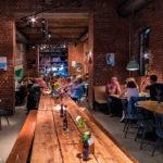 gemütliches Ambiente bei Überquell Craft Beer Brauerei in Hamburg Foto Tulpe-Production