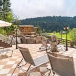 Aussenbereich mit Jacuzzi und Talblick - Berghof Söll Tirol