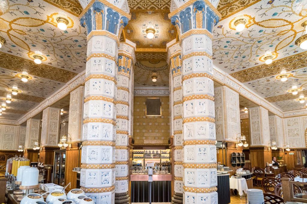 historische Keramiksäule im Art Deco Imperial Hotel