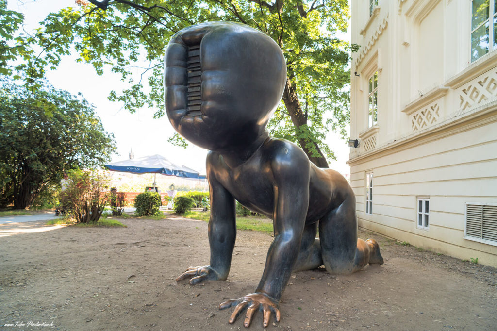 Top High Light in Prag - krabbelnde Babys Skulptur