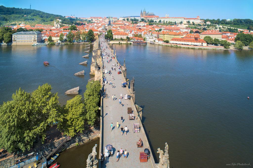 Karlsbrücke in Prag ohne Urlauber