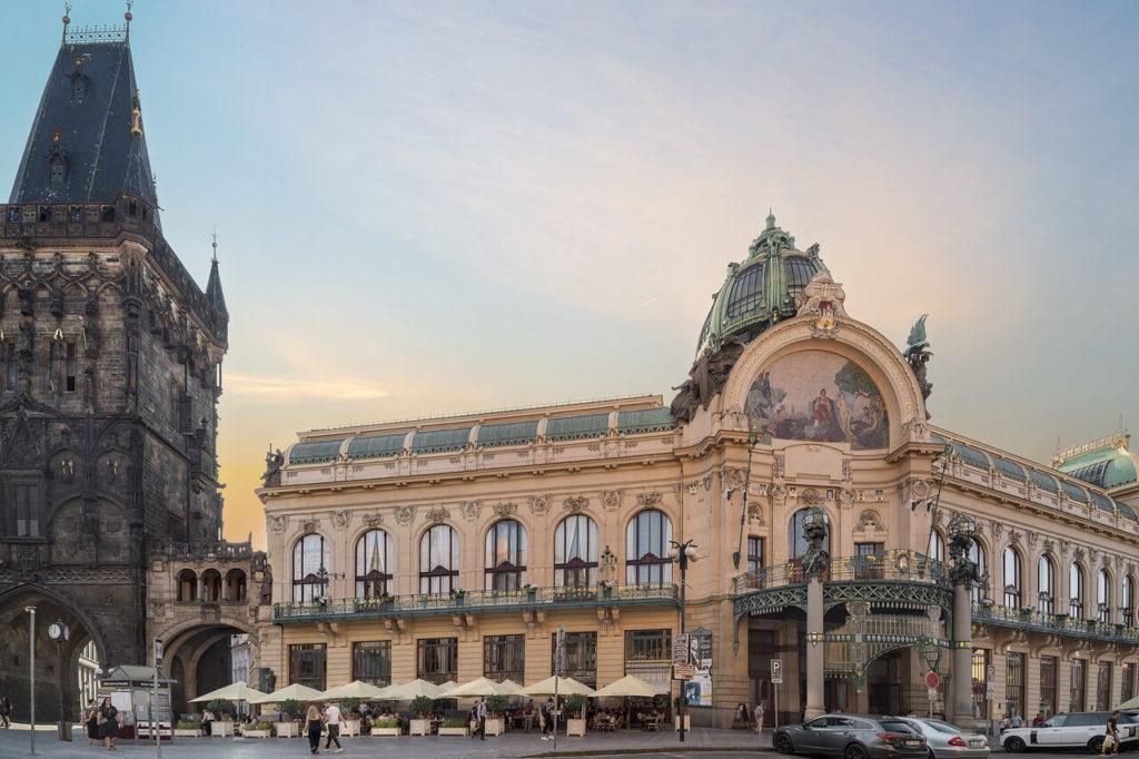 Pulverturm im Prag mit Municipal House (Jugendstilgebäude)