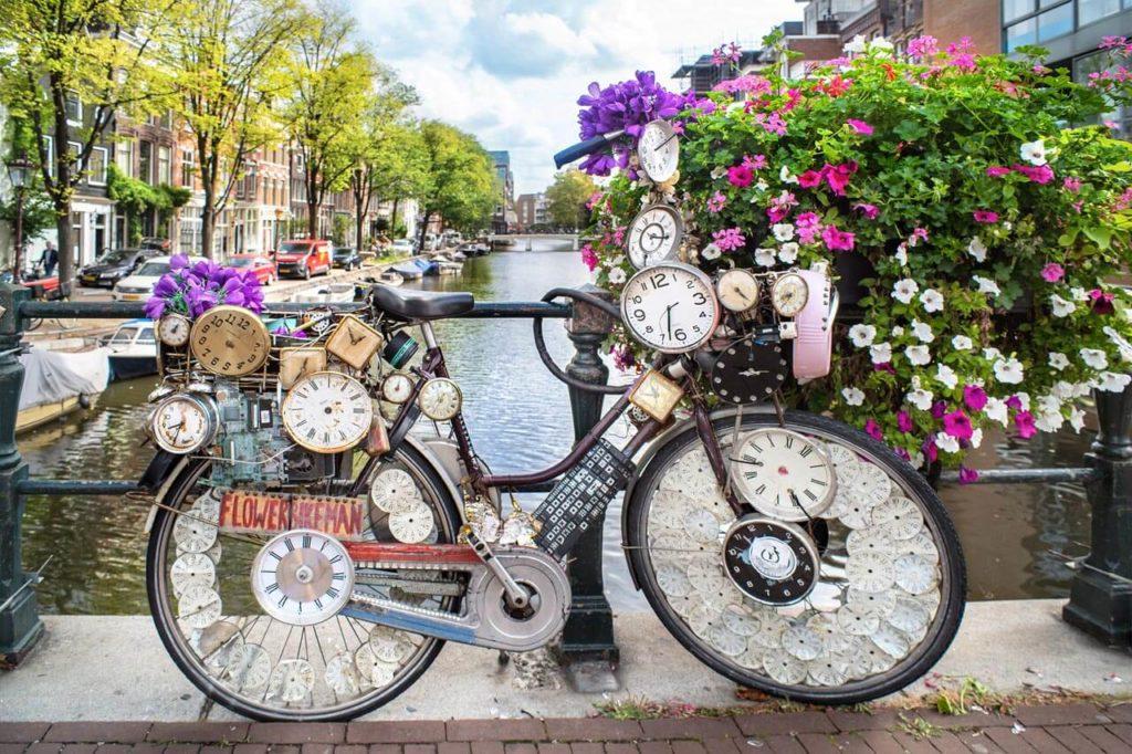 Amsterdam Grachtenbrücke mit Fahrrad