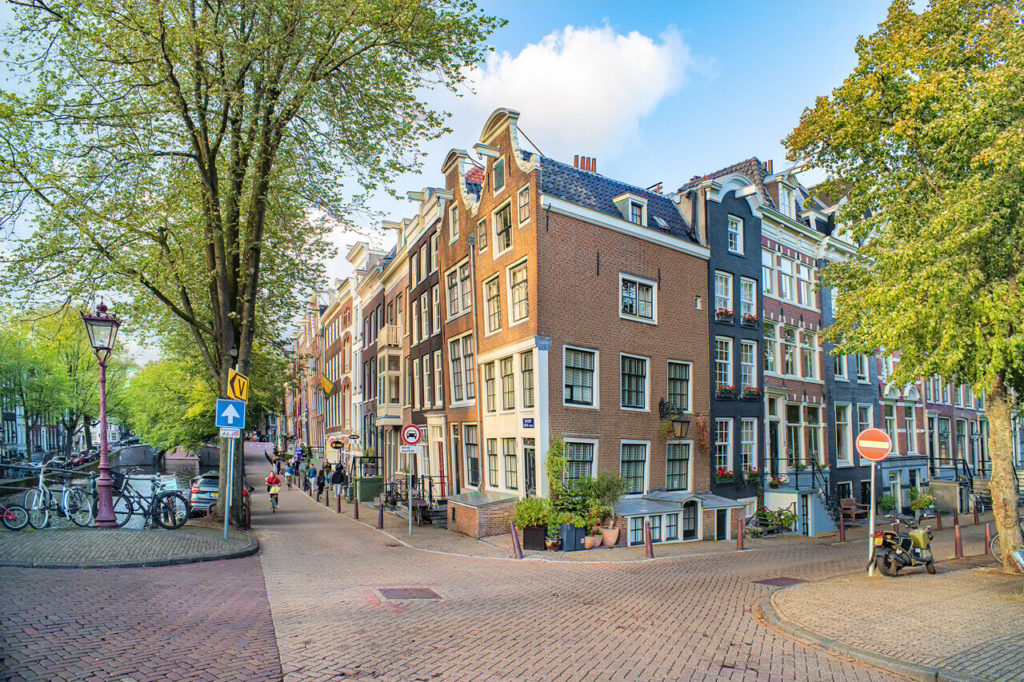 typische Grachtenstrasse in Amsterdam